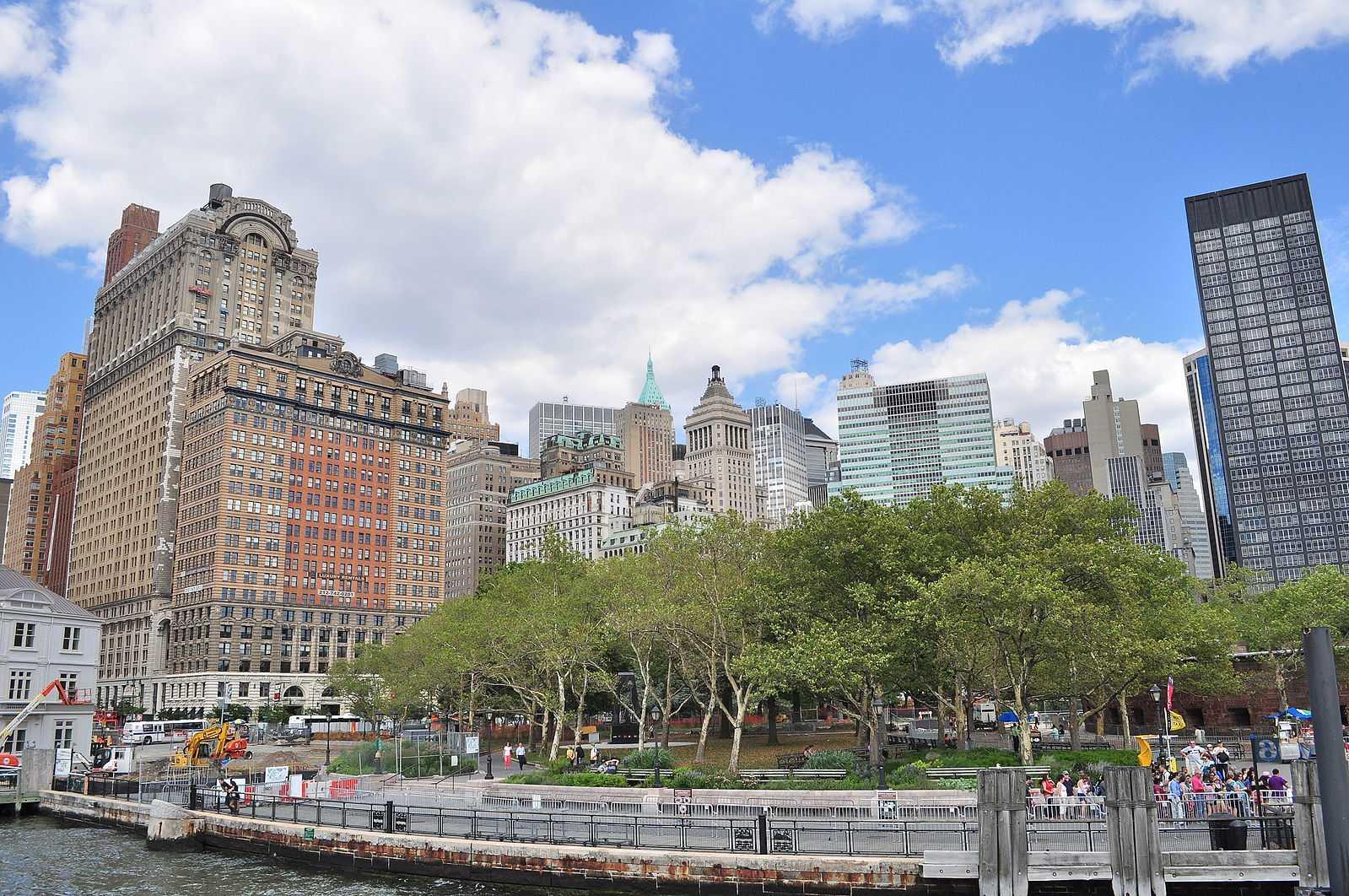 https://commons.wikimedia.org/wiki/File:Manhattan_-_Battery_Park_from_the_harbor_01_(9443272986).jpg