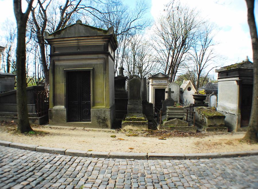 Père Lachaise gravestones view