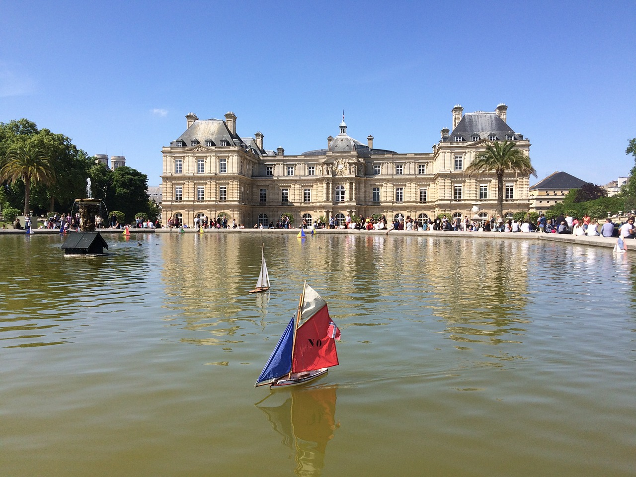 Sailboat in front of the palais du luxembourg