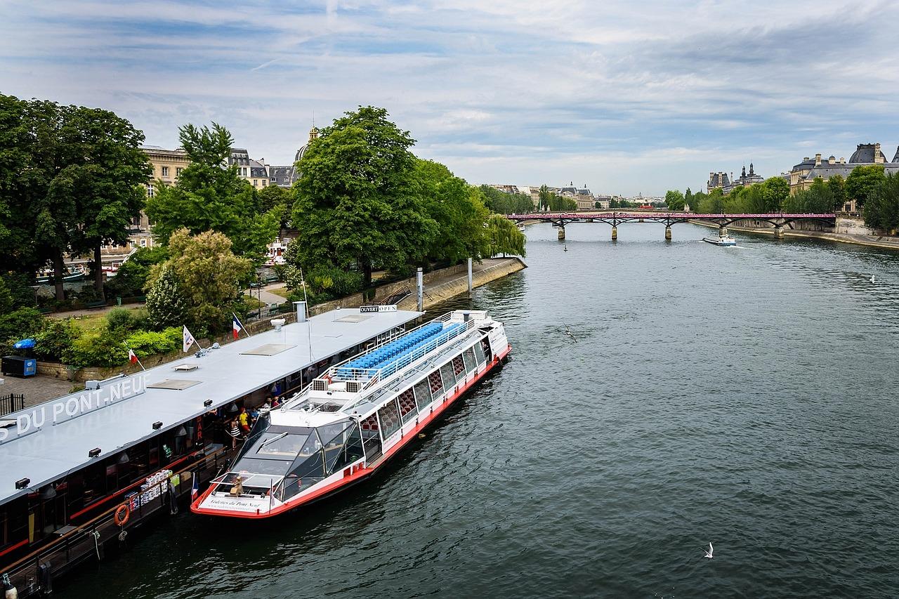 Dinner boat on the Seine