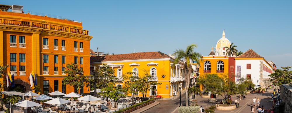 Panorama der Cartagena Altstadt in Kolumbien bei strahlend blauem Himmel