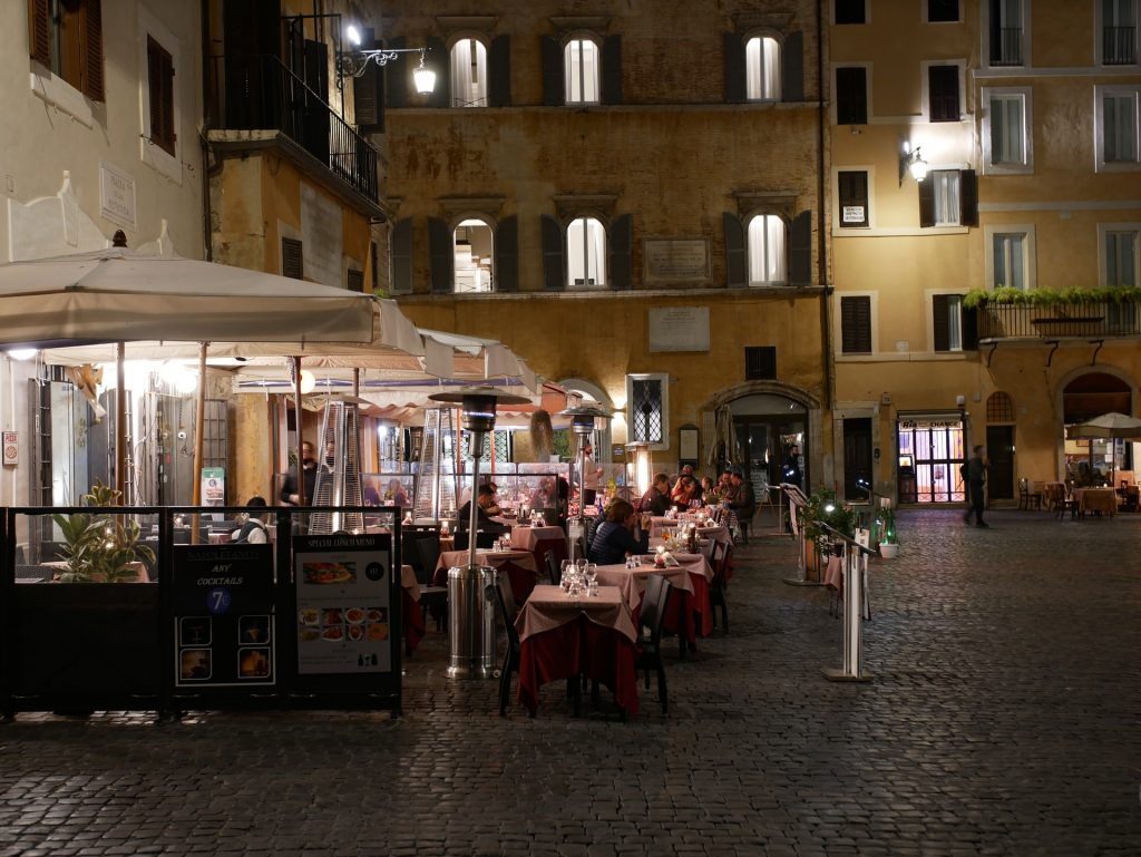 Eating in Rome outdoors