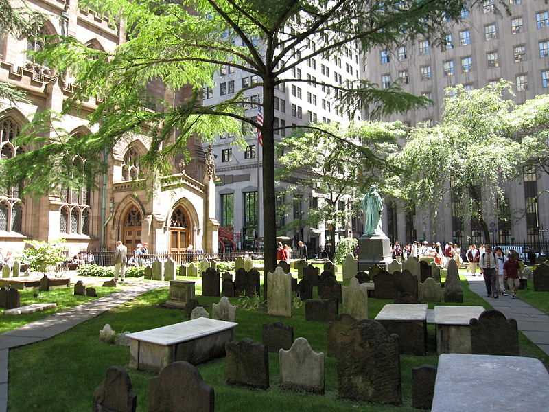 https://fr.m.wikipedia.org/wiki/Fichier:Trinity_Church_Cemetery_NYC_9109.JPG