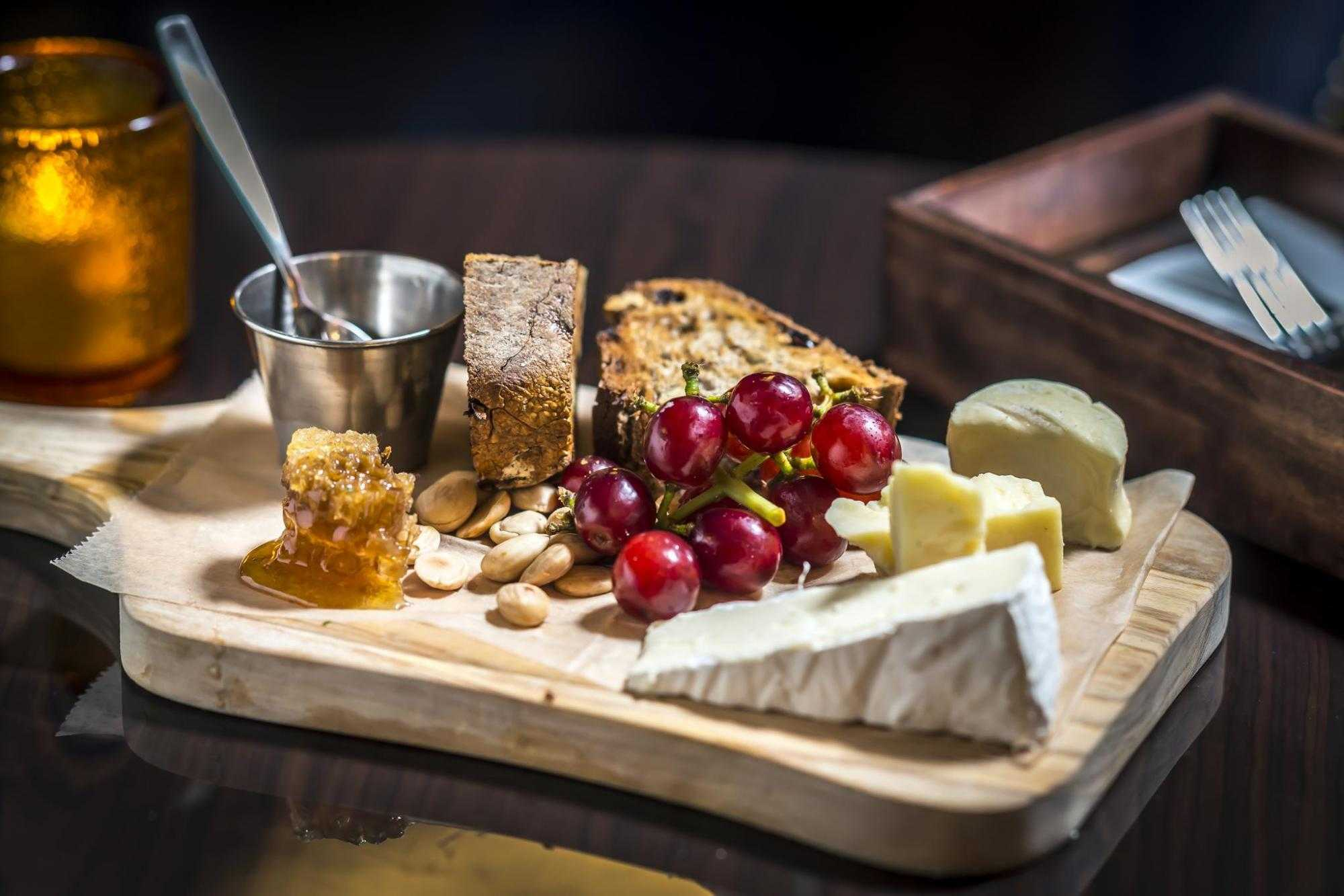 Plate of cheese, bread and grapes