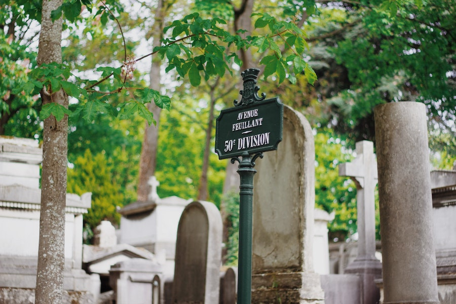 A view of a sign in Père Lachaise cemetery